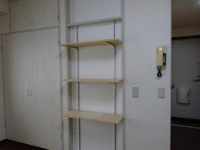 こまごまとしたものを収納できそうな棚ですね。