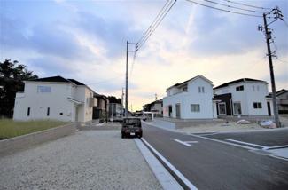 1号棟 現地(2019年10月)撮影 前面道路は東側幅員約6.0mの公道。