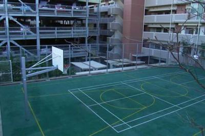 マンション内共用施設のバスケットコートです。