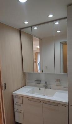 便利な三面鏡洗面化粧台