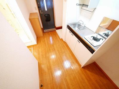 冷蔵庫置き場なども確保されたキッチンスペース