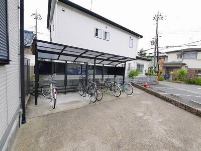 屋根付きの駐輪場はスペースにもゆとりがあります