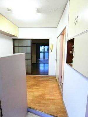 玄関から室内への景観です!右手に浴室、正面にキッチンスペースがあります☆