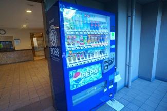 現況、マンション入口に自動販売機あります。
