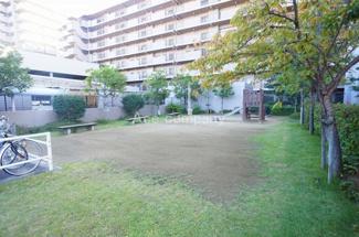 マンション敷地内に遊び場あります。また「加美北公園」も徒歩2分(約150m)にあります。