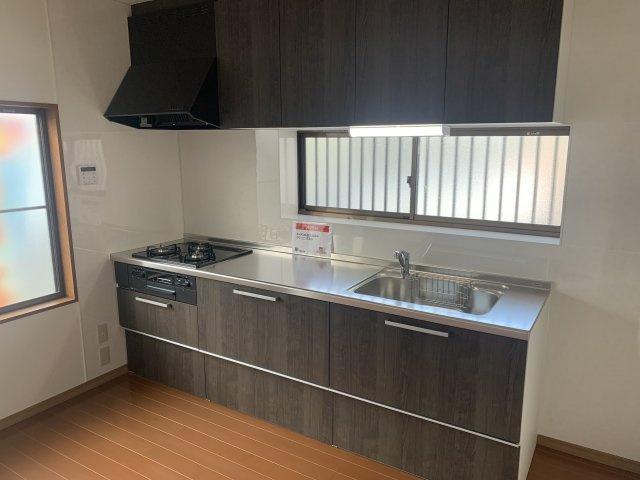 新品交換済!壁付けキッチンは部屋のスペースをほぼ無駄なく広く活用できます。