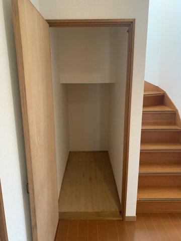 1階階段ホール収納 掃除用具を入れていつでも気になった時にパッと出し入れしたいですね。