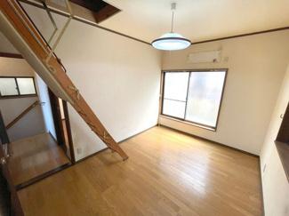 6帖洋室には屋根裏収納につながる階段がございます!