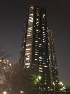 夜のマンション外観