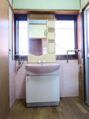 洗面台を移動することで、洗濯機スペースも確保出来ます