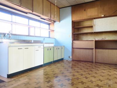 キッチン横には小棚もありお皿なども収納出来ます