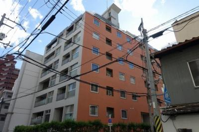 瀟洒な白いタイル貼りの外観が特徴の10階建てのマンションです。