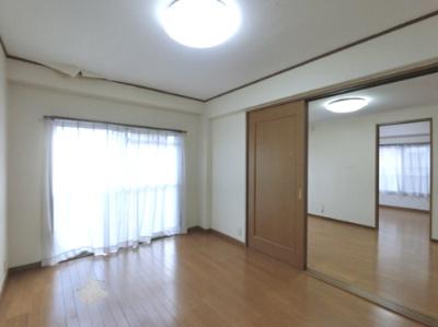 6.0帖の洋室です。 こちらはお子様のお部屋や書斎にいかがでしょうか? 日当たり良好です。
