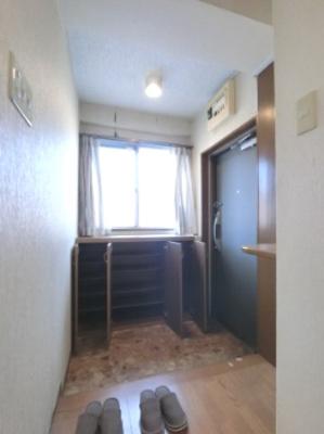 玄関です。 マンションには珍しく玄関に窓がついてます! 空気の入れ替えができますね。