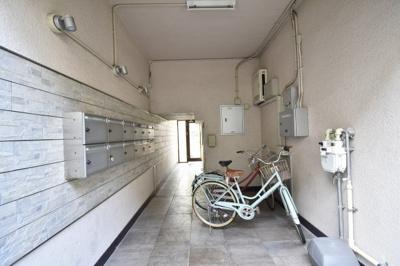 駐輪場です。 雨の日でも自転車が濡れないので良いですね。