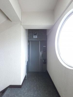 外側から見た玄関です。 修繕されてるのできれいです。