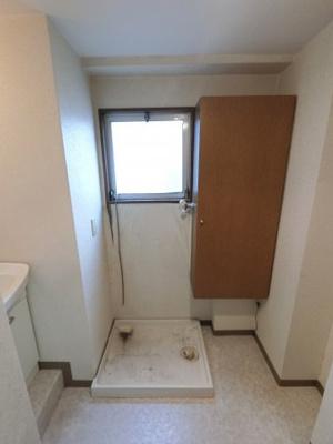 洗濯機置き場です。 室内に置けるので安心です。 窓がついているので換気もできますね。
