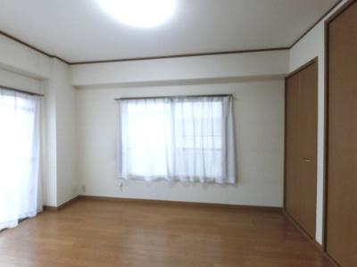 図面左側の洋室です。 窓が2つ付いているので風通し良好です。