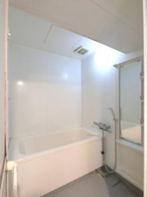 お風呂です。 すっきりとした空間です。