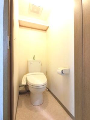 トイレです。 ちょっとした棚がついているのでトイレットペーパーなど置けますね。