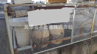資材置き場にはフェンスがあり、進入できないようになっています。