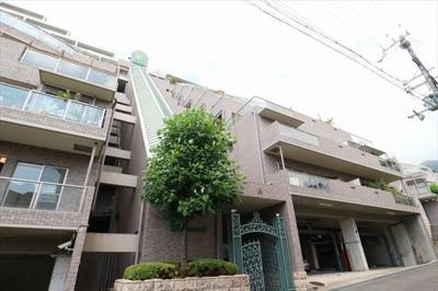 阪急御影駅から徒歩18分 緑豊かな住宅地にございます。