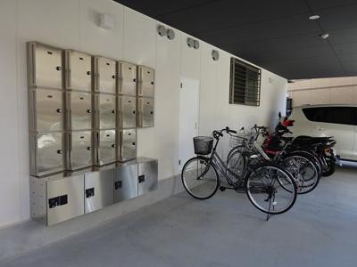メールボックスと自転車置き場です