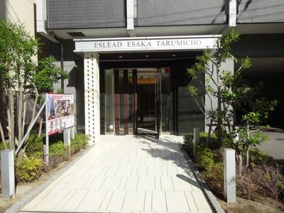 シンプルでモダンなマンション入口です。