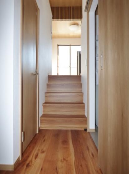 居室とは階段で区切られていて、水回りは階段下に配置!