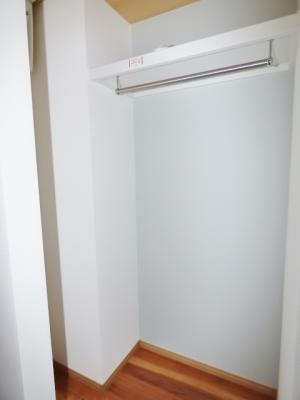 玄関横に収納があるので、コートなどかけておけますね♪
