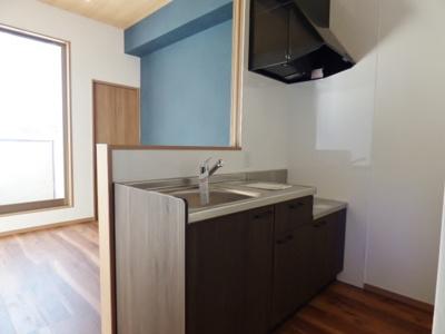 キッチンは対面タイプ。シングルレバー水栓で水も出しやすい♪