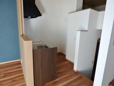 キッチン背面上部にコンセント4つ。差し込みやすく数も十分!