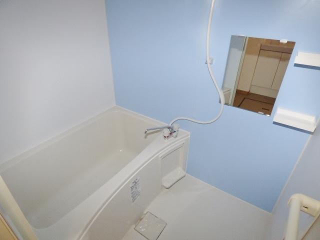ライトブルーがオシャレな浴室♪上部に小物棚がありカビ対策◎