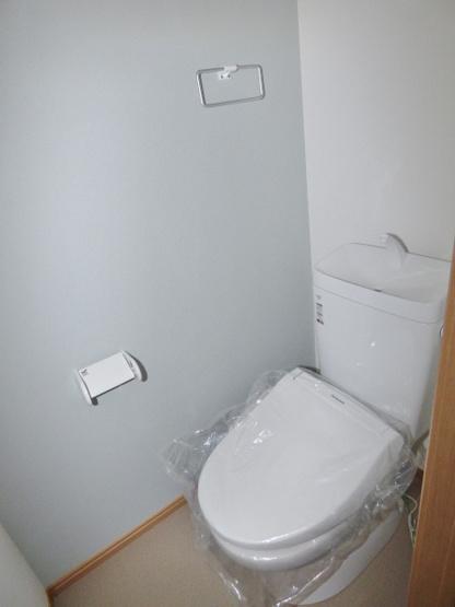 温水洗浄便座付で快適なトイレ♪タオル掛けもございます。