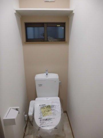 実際に建築したお家のトイレになります。 棚があるとトイレットペーパーのストック等も置けて便利ですよね♪ 窓をつければ熱や臭いがこもらず快適ですね♪