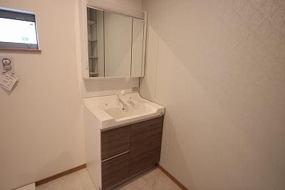 実際に建築したお家の洗面になります。 鏡の後ろにも収納部分があるのでたくさん収納できてスッキリ片付きそうですね♪使い勝手によってボウルを選んでいただけますよ♪(こちらはスクエアボウルです。)