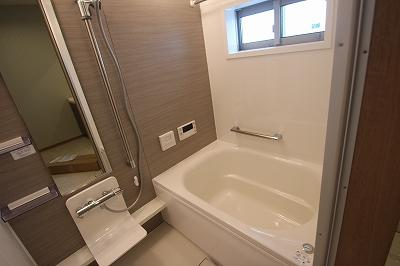 実際に建築したお家の浴室になります。 浴室は毎日の疲れを癒す空間なのでリラックスして頂けるようにデザインしております!