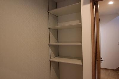 実際に建築したお家の棚です。 可動棚なので高さを自由に変えられるので、高さの違う本や、趣味の物も綺麗に整頓して飾る事もできますよ♪