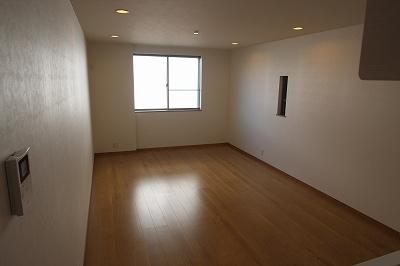 実際に建築したお家のリビングになります。 ダウンライトなのでお部屋がスッキリとした印象になりますね♪