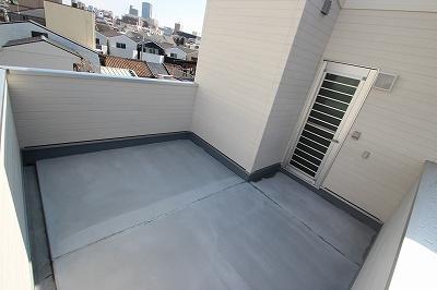実際に建築したお家の屋上になります。 広いバルコニーに憧れますが一戸建てでスペースがなかなか取れないもの!思い切って屋上を作ってみませんか?バルコニーをなくす分お部屋が広くとれますね♪