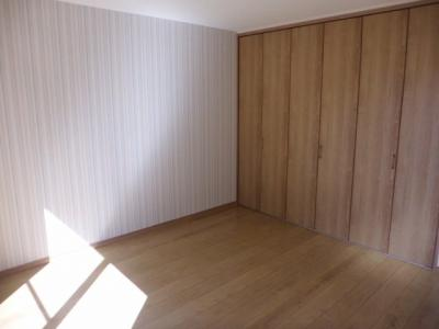 実際に建築したお家の洋室になります。 壁面収納のクローゼットがあると、お部屋がスッキリ片付きますね♪