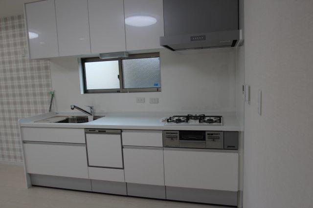 実際に建築したお家のキッチンになります。 壁付けタイプのシステムキッチンは収納も多く、火を使う場所だからこそ、窓があれば、新鮮な空気を取り込め快適ですね♪ 食洗器があればお片付けも楽になりますよ♪
