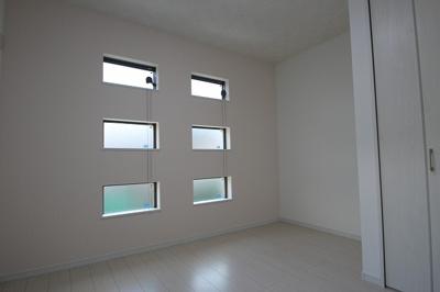 実際に建築したお家の洋室になります。 オシャレなデザインの窓があると外観も、グッと素敵になりますね♪