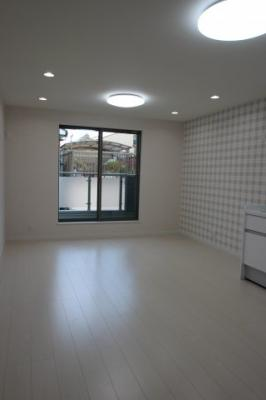 実際に建築したお家のリビングになります。 シーリングライトとダウンライトを組み合わせれば、さらに明るいお部屋になりますね♪ お好きな照明器具をつければオシャレな空間になりますよ♪