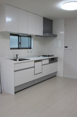 実際に建築したお家のキッチンになります。 ホワイトを基調としたキッチンは圧迫感がなく実際より広く見えるのでオススメです♪ 汚れが目立つ色だからこそ、清潔に保てるのもいいですね♪