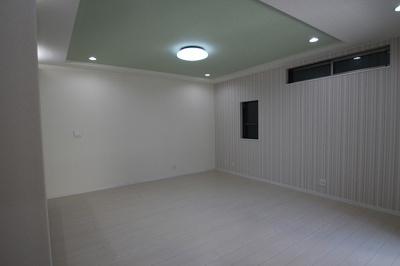 実際に建築したお家の洋室になります。 折上げ天井にするとお部屋がより一層広く見えるのでリラックスできそうですね♪