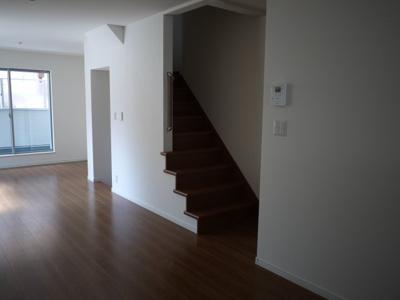 実際に建築したお家のにリビングになります。 こんな階段なら降りてくる様子がわかるのでぶつかる心配がありませんね。 家の真ん中にリビングがあると、