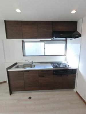 3口ガスコンロのシステムキッチンです。 窓がついており手元が明るく、換気も出来楽しくお料理ができます◎