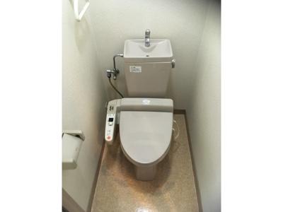 落ち着いた色調のトイレです ※仕様が異なる場合は現地を優先します。
