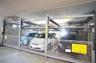 敷地内駐車場は屋外と屋内があります。現況空あり(駐車料金、月額13000~9000円)